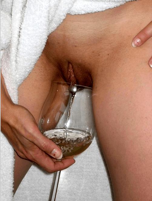випивает девужка писает и в стакан